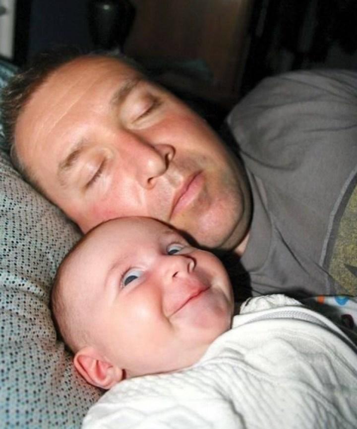 ребенок спит с папой