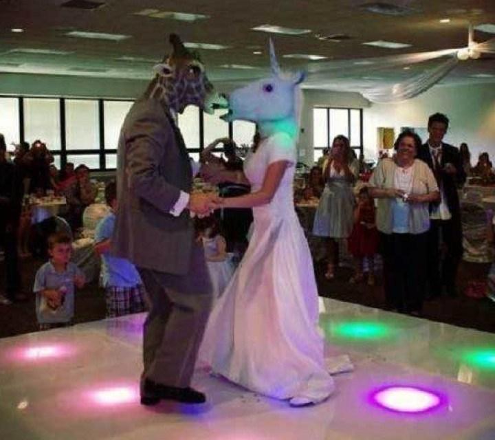 жених и невеста танцуют в масках животных