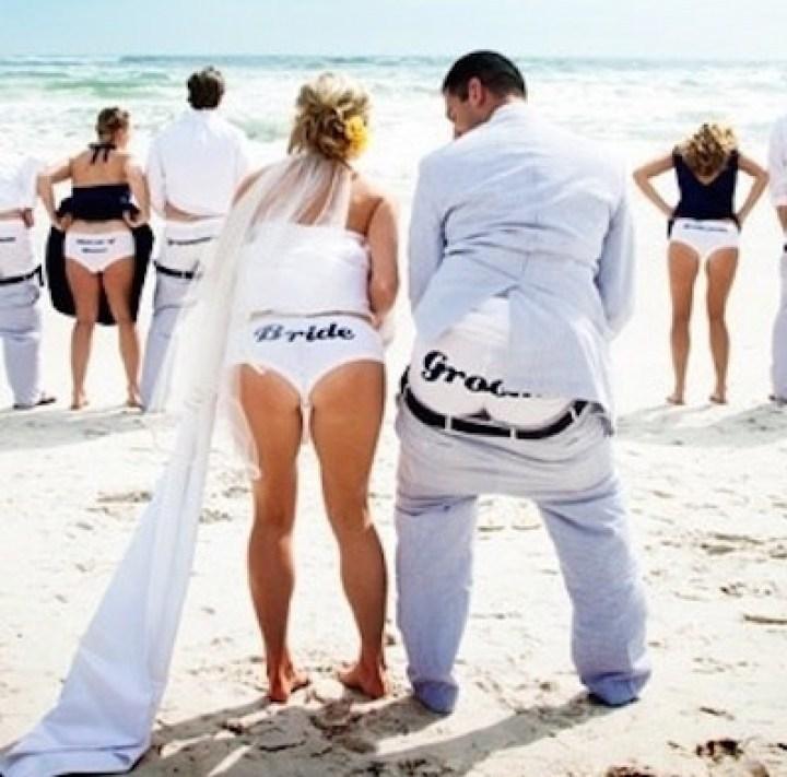 жених и невеста показывают трусы