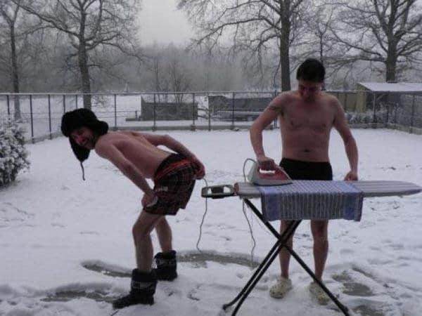 мужчины утюжат на улице
