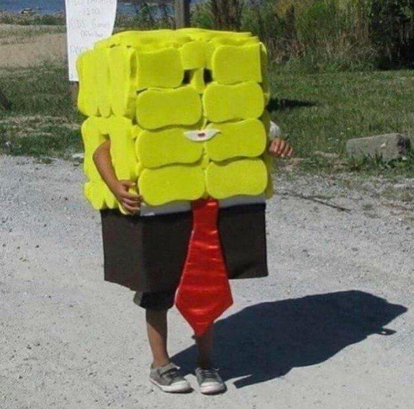 мальчик в костюме спанч боба