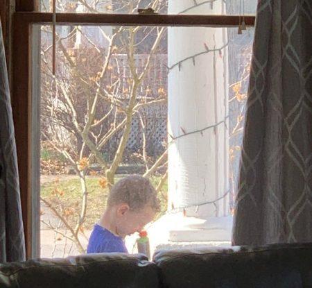 мальчик смотрит в дуло детского пистолета