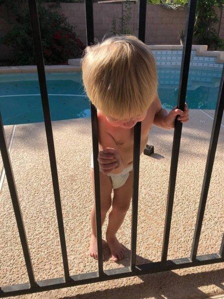 мальчик застрял головой в заборе