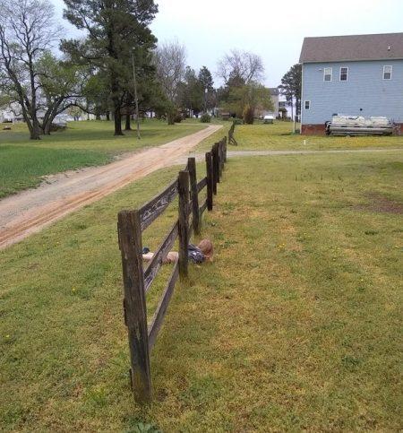 ребенок пролазит под забором
