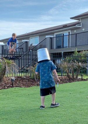 мальчик с ведром на голове