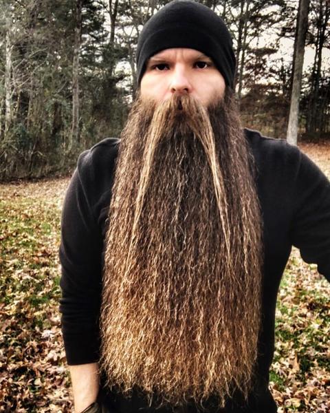 длинная борода у парня