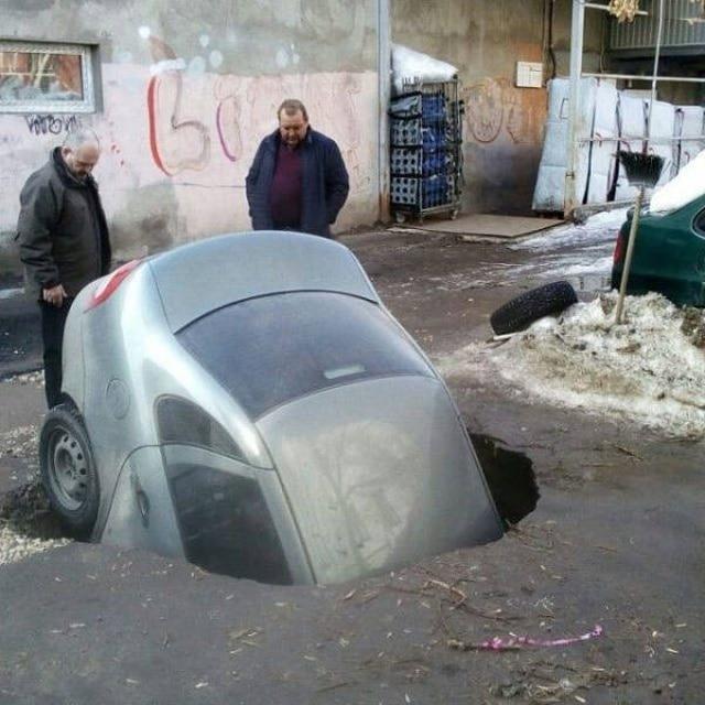 машина упала в яму