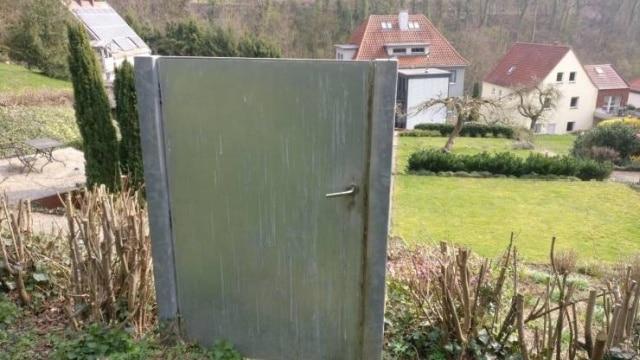 одинокая дверь на участке