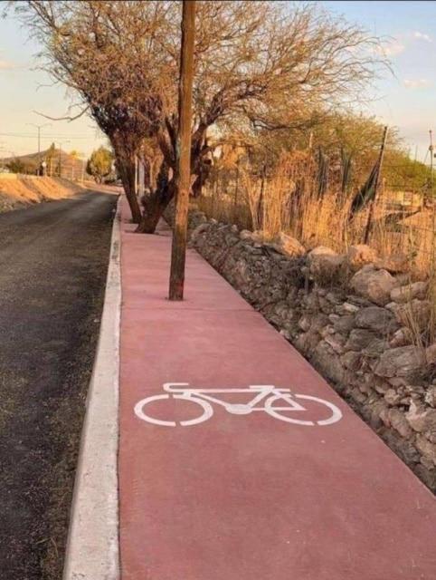 столб на велодорожке