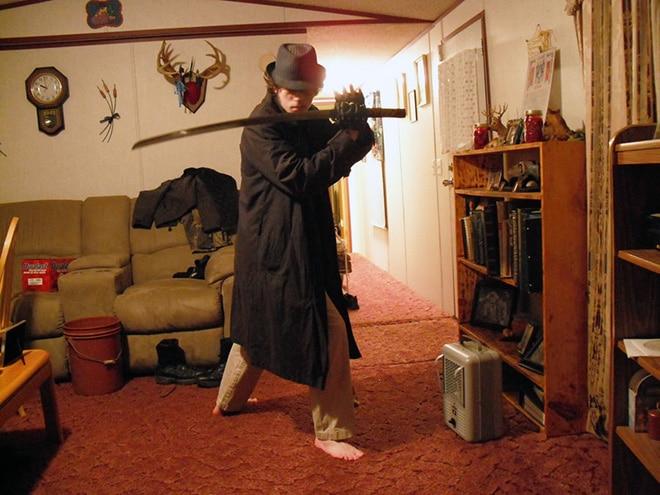 парень позирует с мечом