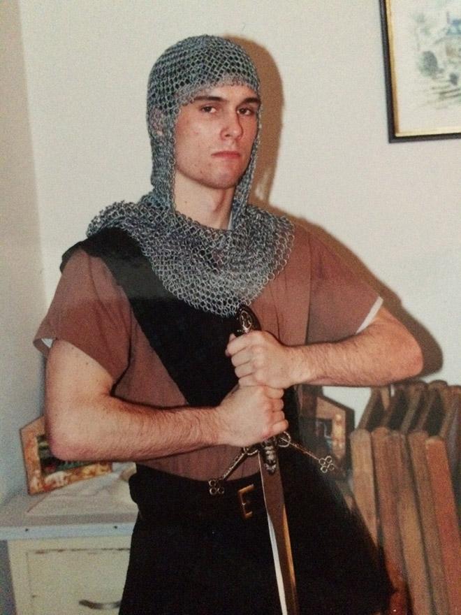 парень в кольчуге с мечом