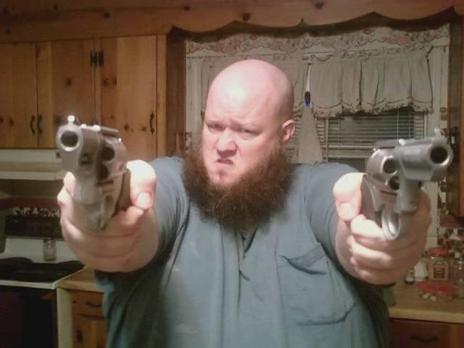 бородатый парень с пистолетами