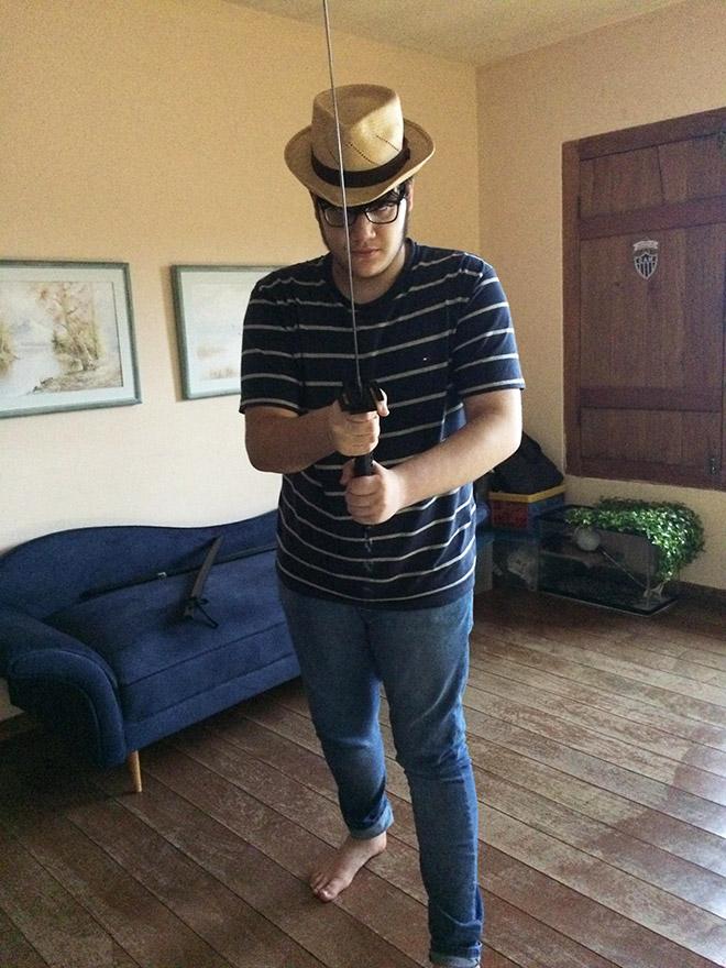 парень в шляпе с мечом