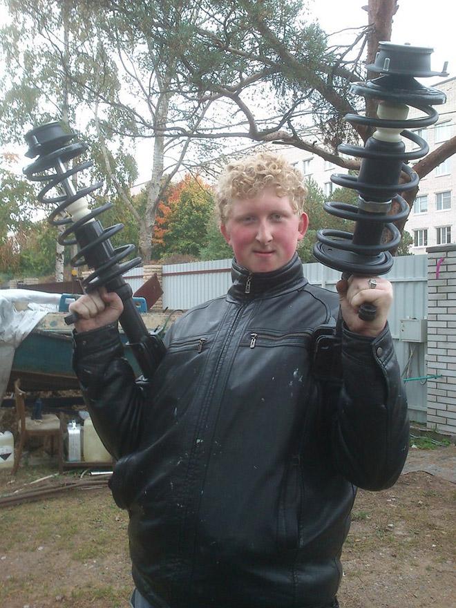 рыжеволосый парень с оружием в руках