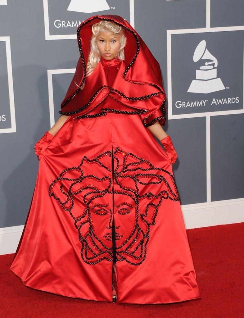 ники минаж в красном платье с капюшоном