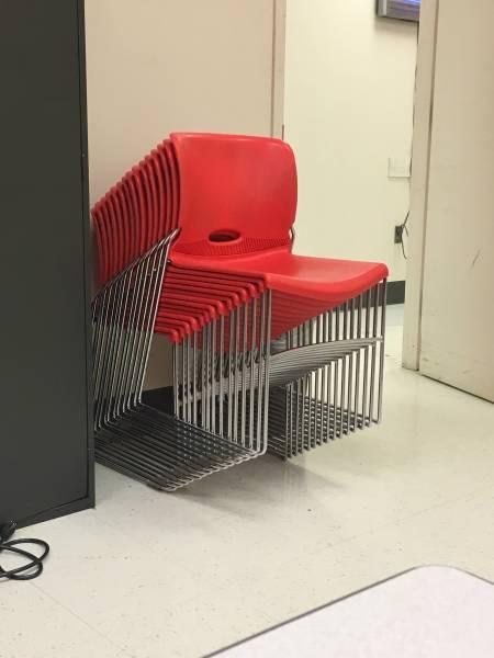 сложенные стулья