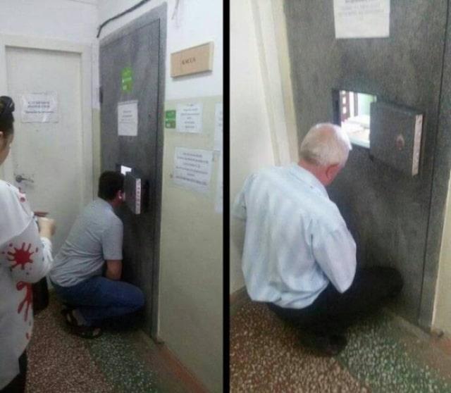 мужчины у окошка в двери