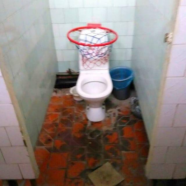 баскетбольное кольцо на унитазе