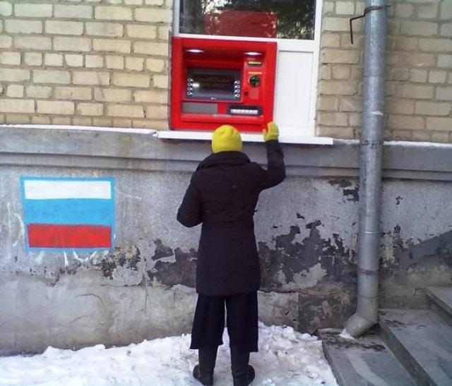 человек возле банкомата