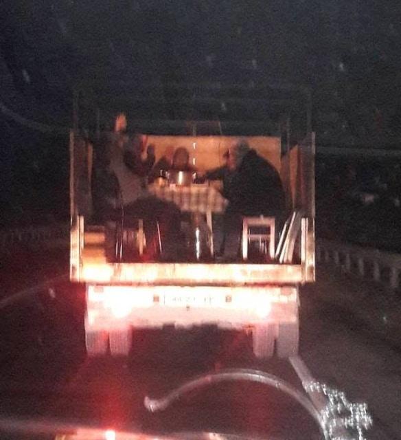 люди в кузове грузовика