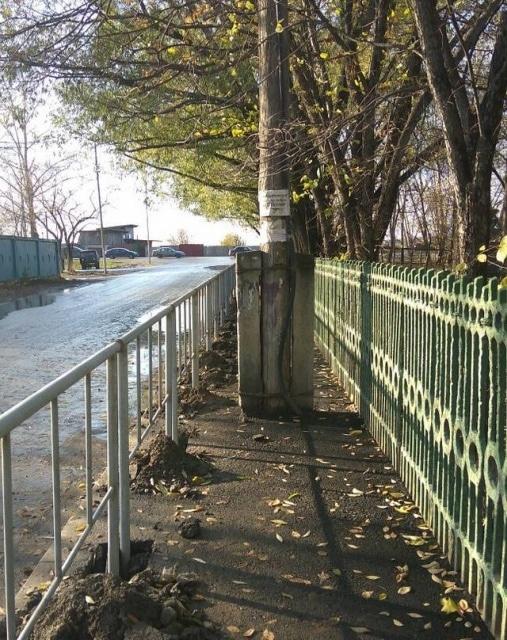 столб посреди тротуара