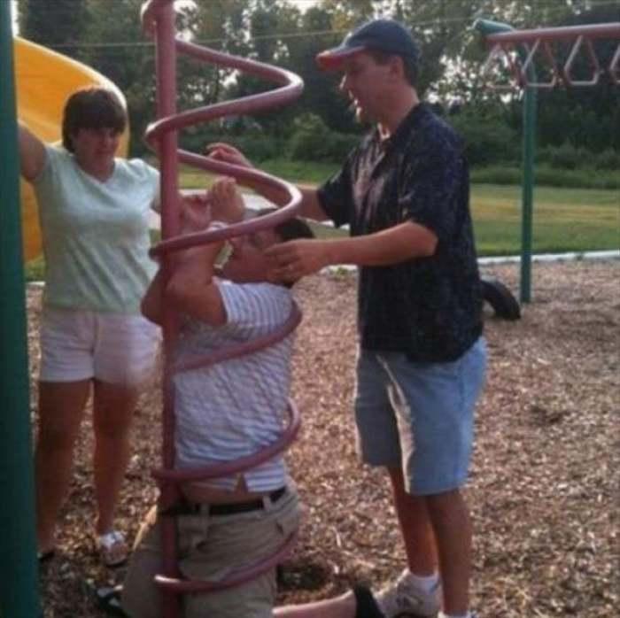 мужчина застрял на детской площадке
