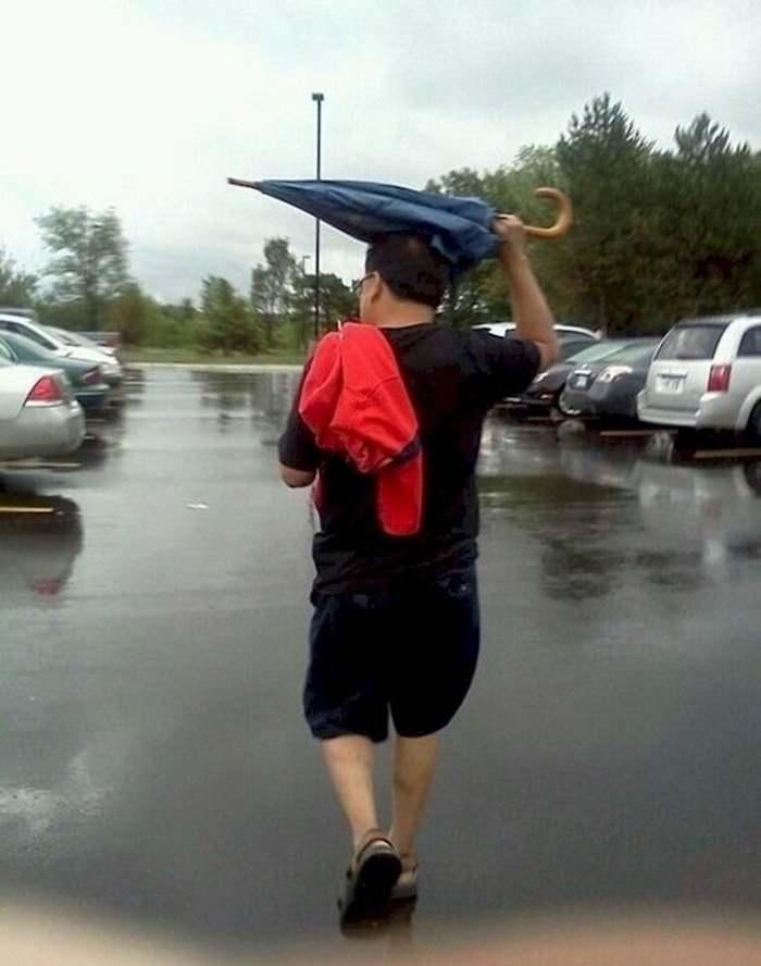 мужчина с зонтом на голове