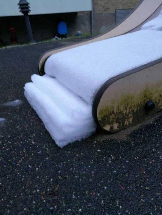 снег на детской горке