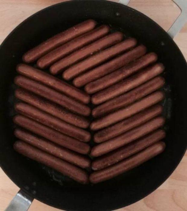 сосиски на сковороде