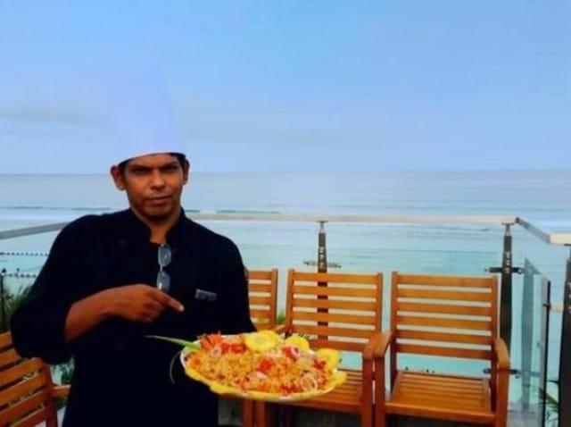 повар на фоне моря