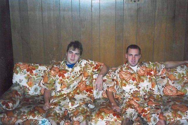 мужчины в одинаковых нарядах
