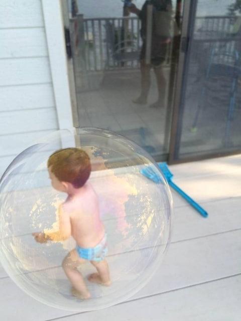 ребенок и мыльный пузырь