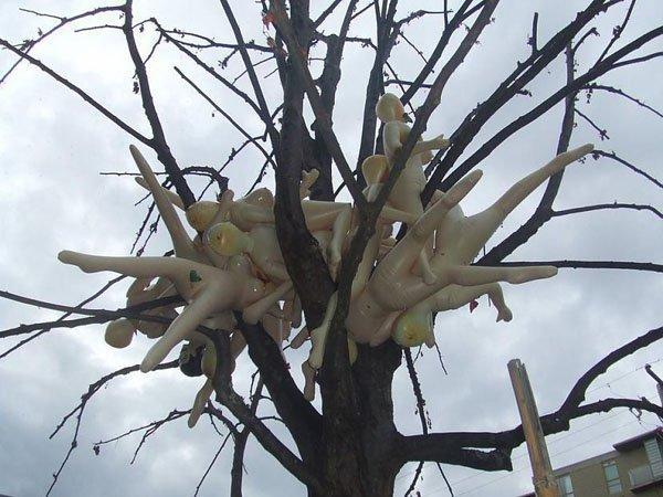резиновые куклы на дереве