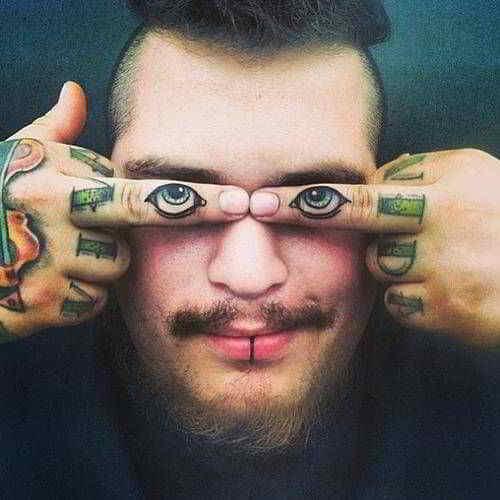 тату глаз на пальцах