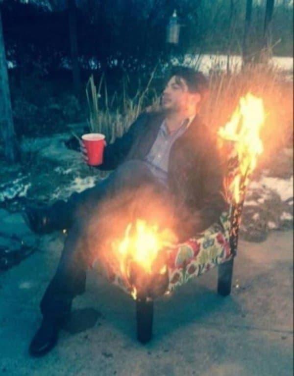мужчина сидит на горящем кресле
