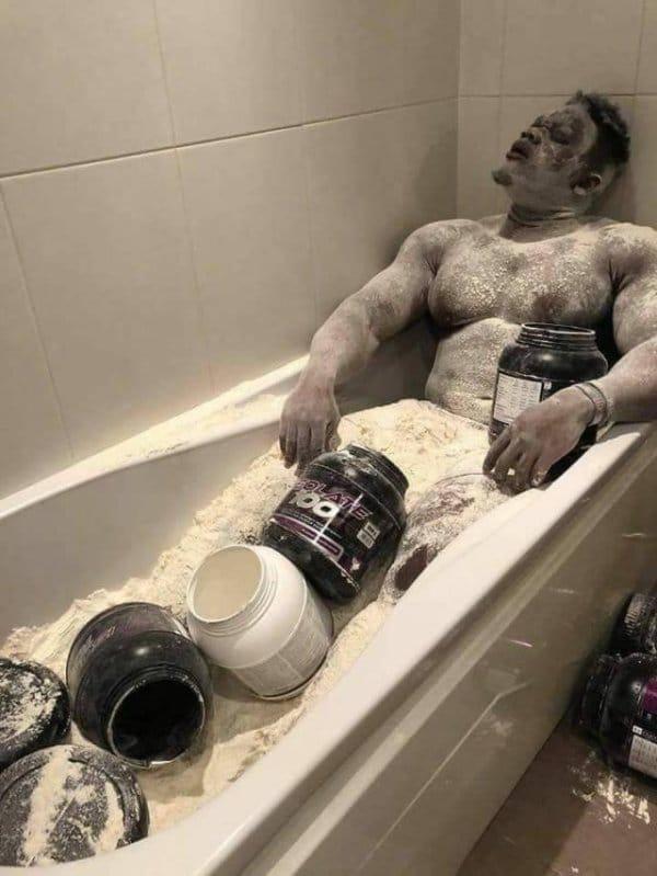мужчина в ванне с протеином