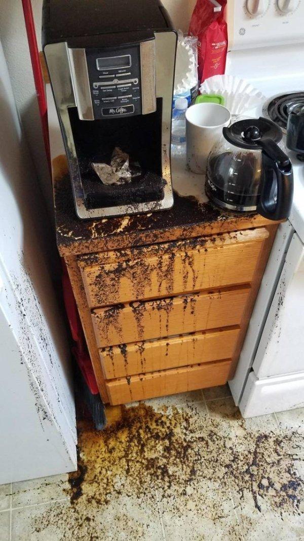 кофе разлит по кухне