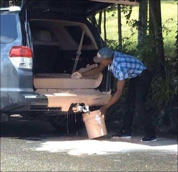 мужчина собирает разлитую в машине краску