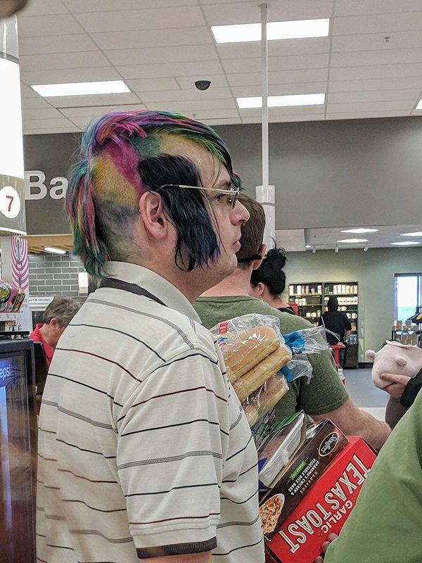 парень с разноцветными волосами в очках