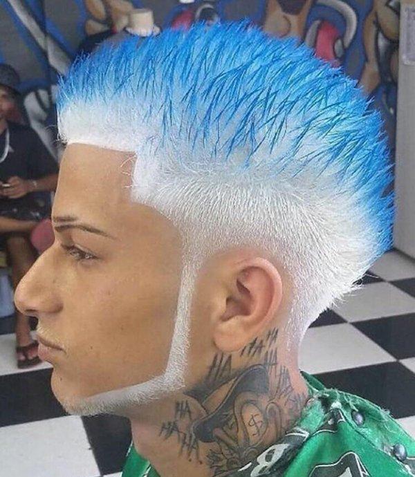 парень с бело-голубыми волосами