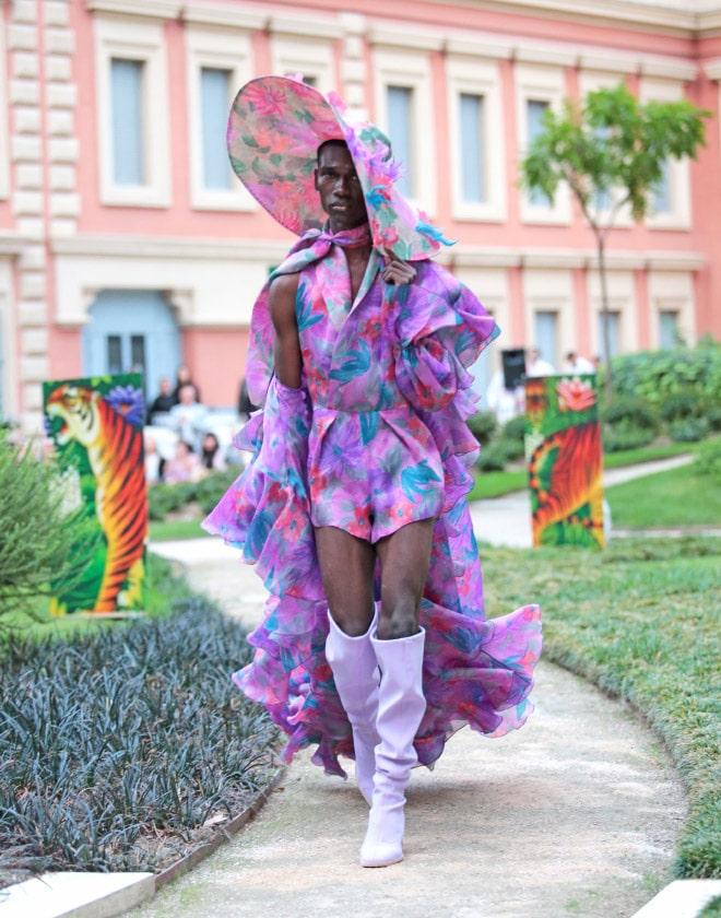 афроамериканец в ярком наряде