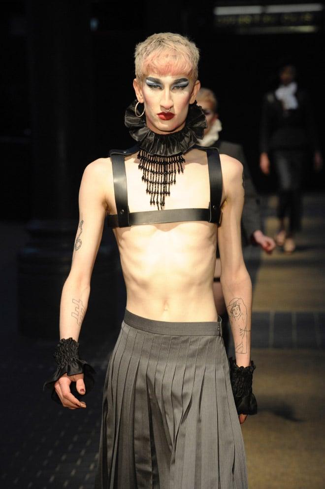 парень с макияжем и серьгами
