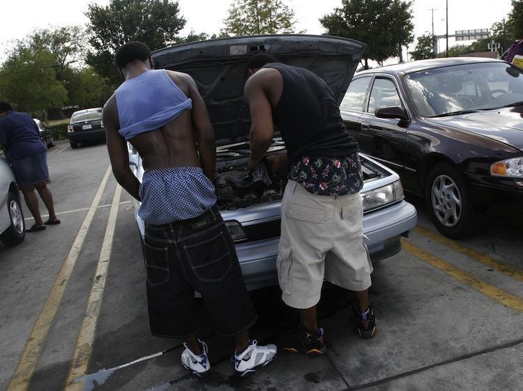 парни со спущенными штанами возле машины