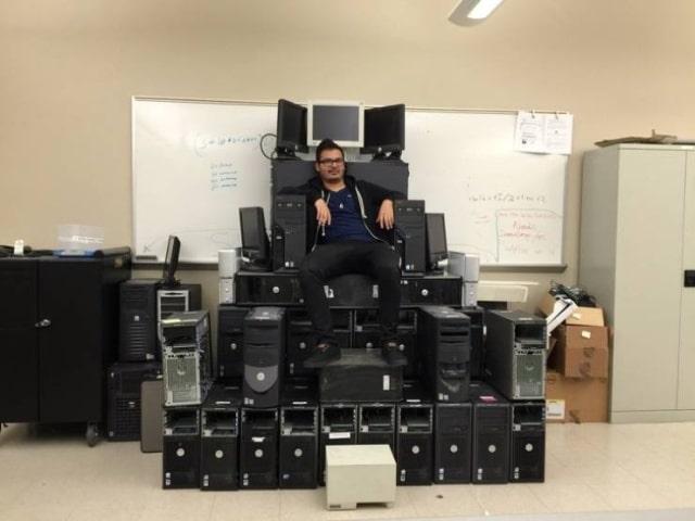 парень сидит на троне из системных блоков