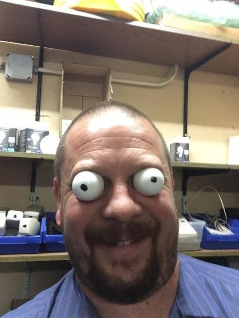 мужчина с пластмассовыми глазами