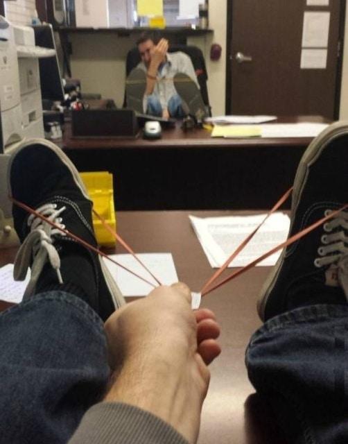 офисные сотрудники играют в рогатки