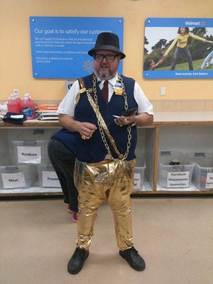 мужчина в золотых штанах