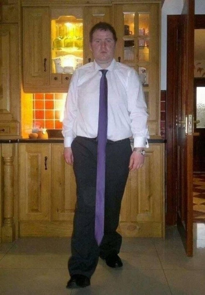 мужчина в длинном галстуке