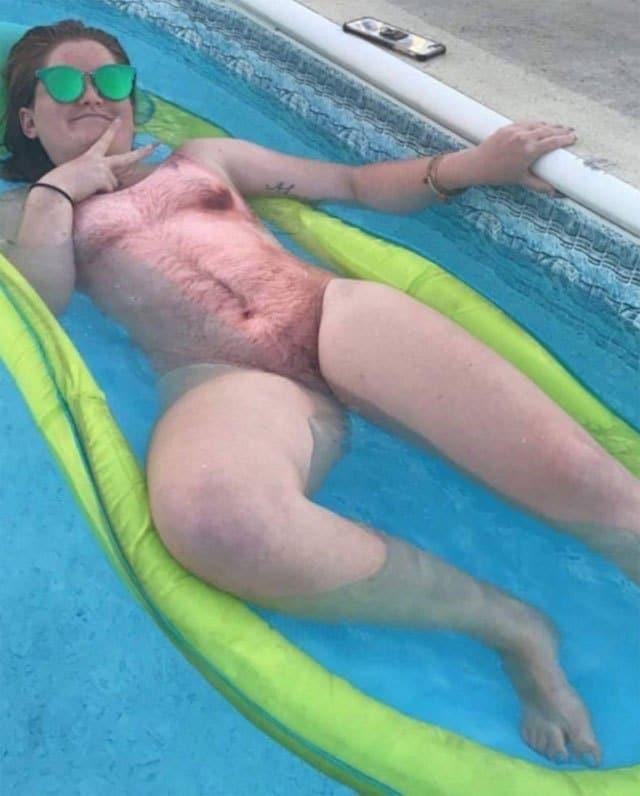 девушка в волосатом купальнике