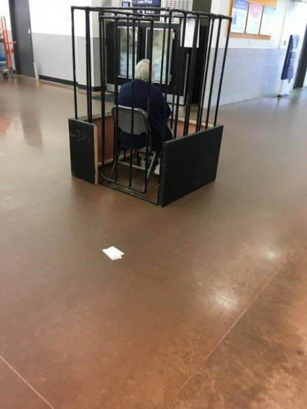 охранник сидит в клетке